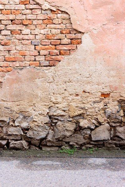 Переизбыток влаги ведет к разрушению фундамента и внешней отделки здания