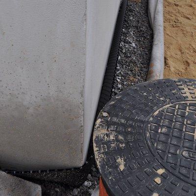 Практически полностью выполнен дренаж фундамента, остались штрихи - укладка теплоизоляции и выполнение работ по устройству отмостки.