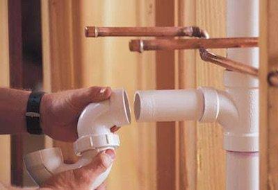 Установка пластиковых труб для внутренней канализации